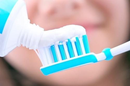 Đánh răng ít nhất hai lần một ngày với kem đánh răng có chứa flo là cách đơn giản phòng chống sâu răng.