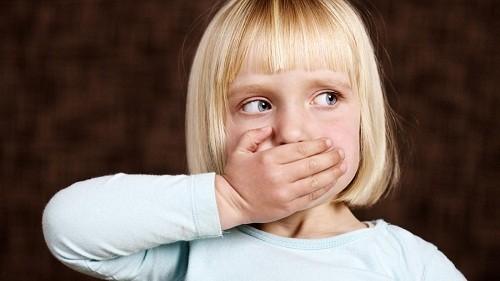 Chứng khó tiêu có thể khiến khí dư thừa tích lũy trong dạ dày, dẫn tới tình trạng ợ hơi hoặc xì hơi.