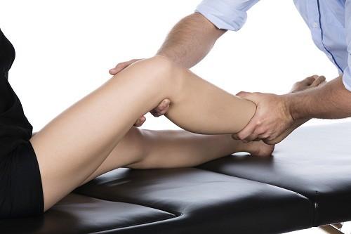Đứt dây chằng chéo khớp gối còn cần phải phẫu thuật hay không tùy thuộc vào mức độ tổn thương, độ tuổi và nhu cầu hoạt động của người bệnh.