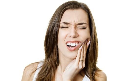 Có nhiều nguyên nhân gây ra răng nhạy cảm.