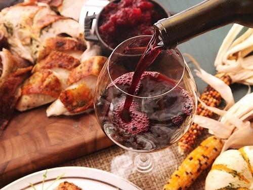 Vang đỏ cũng là loại đồ uống có tính axit, có chứa cả tannin và chromogens - hai hợp chất gây ố răng.