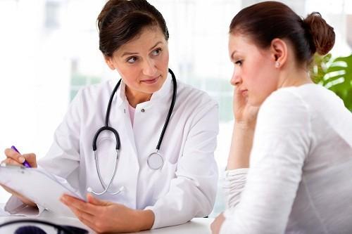 Khi phát hiện thấy có những thay đổi bất thường trong dịch tiết âm đạo, nên nhanh chóng tới bệnh viện hoặc các cơ sở chuyên khoa để thăm khám.