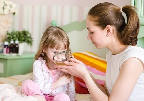Cha mẹ cần khuyến khích trẻ uống nước thường xuyên để tránh bị mất nước khi sốt.