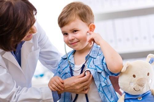 Nên đi khám ngay khi trẻ bị sốt kéo dài hơn 3 ngày.