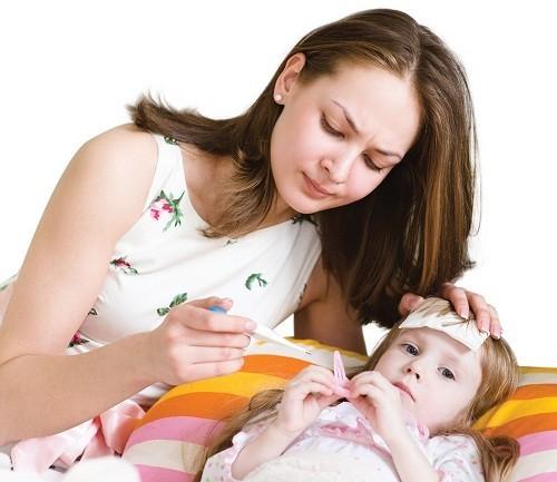 Để giảm sốt cho trẻ, cha mẹ có thể áp dụng một số biện pháp làm mát như dùng khăn ấm lau tay, chân, thân mình.