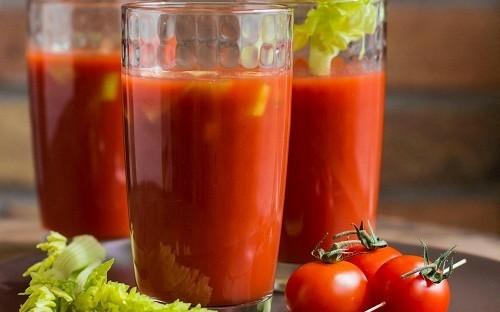 Uống nước ép cam và cà chua không ảnh hưởng gì tới sức khỏe bệnh nhân đã cắt amidan nhưng gây đau đớn khi nuốt.