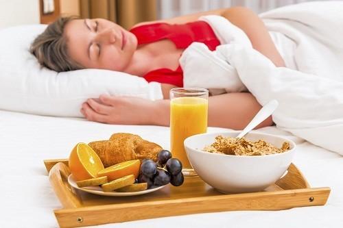 Sau cắt trĩ phương pháp Longo, để đề phòng tái phát, người bệnh cần duy trì một chế độ ăn uống giàu chất xơ kết hợp với việc thường xuyên tập thể dục.