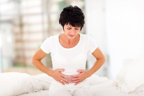 Người bị viêm đại tràng thường hay bị đau bụng và tiêu chảy.