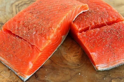 Cá trích, cá hồi, cá thu, cá mòi… là những loại cá có hàm lượng axit béo omega – 3 cao.