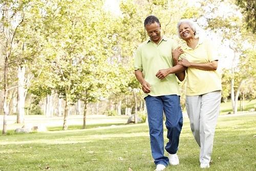 Người bệnh nên rời giường và đi lại nhẹ nhàng để giảm bớt nguy cơ đông máu ở chân và đau nhức cơ bắp.