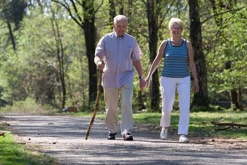 Đi bộ làm tăng lưu thông máu, cải thiện tinh thần đồng thời còn có tác dụng ngăn ngừa táo bón.