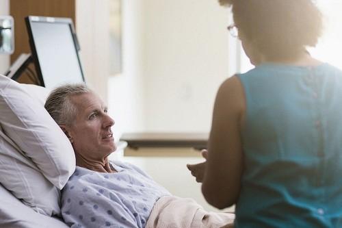 Bệnh nhân có thể về nhà khoảng 1 - 2 ngày sau phẫu thuật và hồi phục hoàn toàn sau một vài tuần.