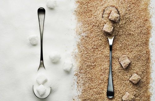 Người bị u xơ tử cung không nên ăn quá nhiều đường.