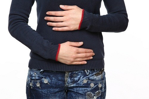 Nếu tình trạng nước bọt có máu liên quan tới các vấn đề ở hệ tiêu hóa, người bệnh có thể có những triệu chứng khác như đau bụng, đầy hơi...