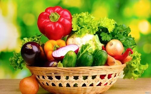 Người bệnh nên ăn đa dạng và cân bằng các loại thực phẩm, cố gắng ăn nhiều thực phẩm giàu chất xơ như trái cây, rau và ngũ cốc nguyên hạt để hỗ trợ nhu động ruột.