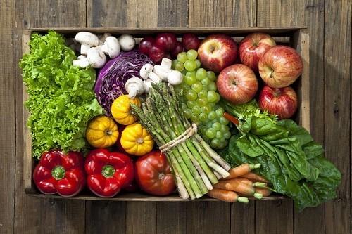 Ngoài những thực phẩm cần tránh, người bệnh cũng nên ăn nhiều trái cây và rau quả để bổ sung chất xơ cho cơ thể, phòng chống táo bón.