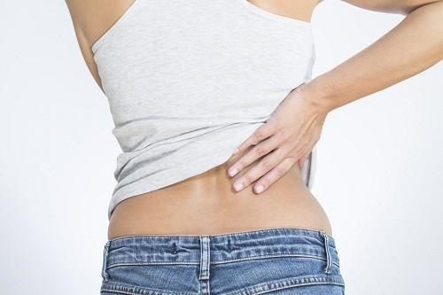 Đau ở vùng bụng hoặc sườn, đau khi đi tiểu,... có thể là triệu chứng thường gặp của thận ứ nước.