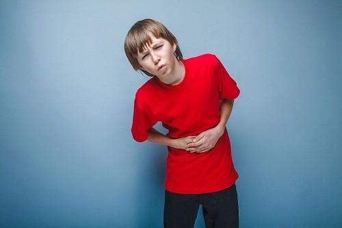 Cha mẹ cần theo dõi nếu cơn đau bụng ở trẻ bắt đầu ở khu vực rốn và lan xuống vùng bụng dưới bên phải, đó có thể là do viêm ruột thừa.