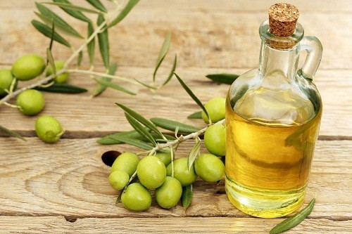 Nên lựa chọn các thực phẩm chứa chất béo lành mạnh từ dầu oliu, dầu thực vật, bơ và các loại hạt cây.