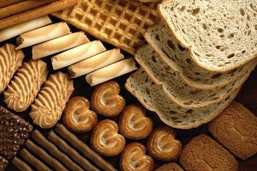 Người bệnh nên tránh các sản phẩm có chỉ số đường huyết cao như bột mì trắng, bánh kẹo ngọt, nước trái cây, ngũ cốc ít chất xơ, bánh gạo và khoai tây.