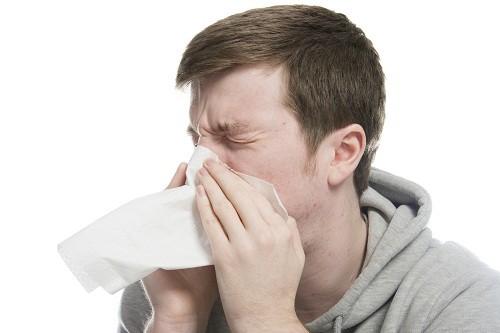 Bệnh lây truyền chủ yếu qua đường hô hấp do tiếp xúc với các giọt nước bọt khi người bệnh ho, hắt hơi.
