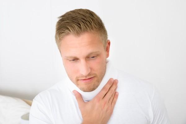 Để giảm đau sau cắt amdian, ngoài việc điều trị theo hướng dẫn của bác sĩ, người bệnh có thể đặt túi lạnh lên cổ để giảm sưng, đau.