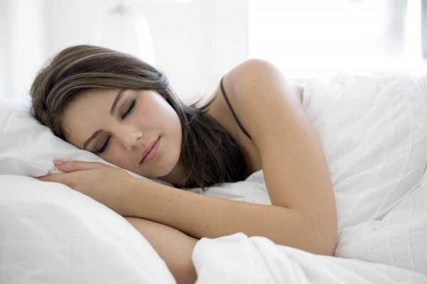 Nghỉ ngơi đầy đủ là một cách giúp cơ thể nhanh chóng phục hồi sau phẫu thuật cắt amidan.