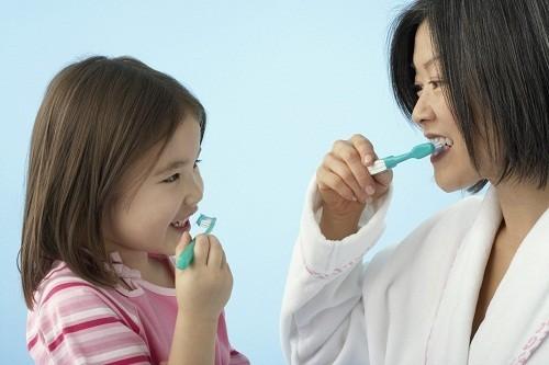 Thường xuyên chải răng đúng cách, không nói to, khạc nhổ....sẽ giúp bảo vệ họng, cải thiện nhanh chóng tình trạng bệnh