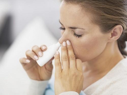 Để giữ cho mũi luôn ẩm và ngăn ngừa tình trạng khô mũi có thể làm chậm quá trình hồi phục, người bệnh nên vệ sinh mũi, xoang thường xuyên bằng nước muối biển sâu