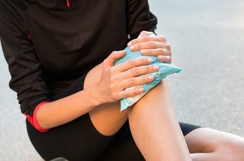 Người bệnh có thể chườm đá để giảm đau và sưng sau mổ đứt dây chằng chéo trước khớp gối.