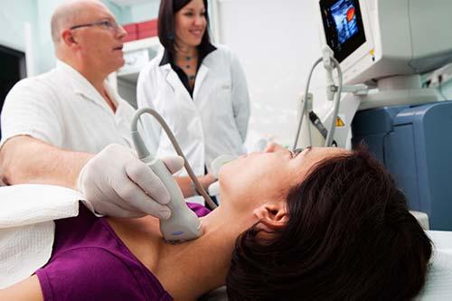Người bệnh cần tới trực tiếp bệnh viện để bác sĩ kiểm tra chức năng tuyến giáp và phát hiện sớm bệnh