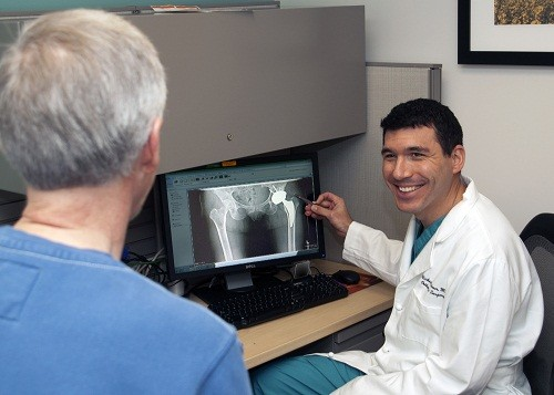 Nhìn chung lượng bức xạ tiếp xúc trong quá trình chụp X quang là rất thấp và lợi ích mà việc chụp X quang mang lại cao hơn so với những rủi ro mà người bệnh có thể gặp phải.