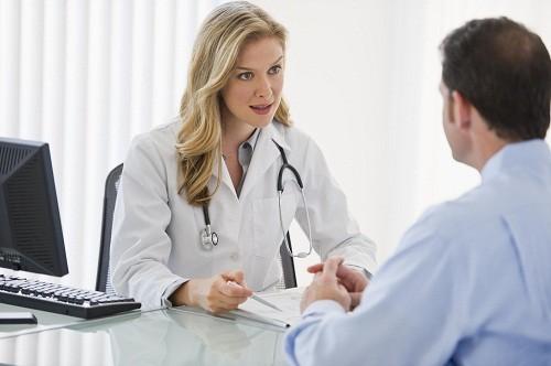 Nếu bị khàn tiếng kéo dài hơn 2 tuần, người bệnh cần nhanh chóng tới bệnh viện để kiểm tra và điều trị ngay.