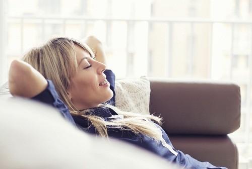 Khi bị viêm amidan nên dành thời gian nghỉ ngơi ở nhà, tránh tụ tập nơi đông người, hạn chế lây nhiễm cho những người xung quanh.