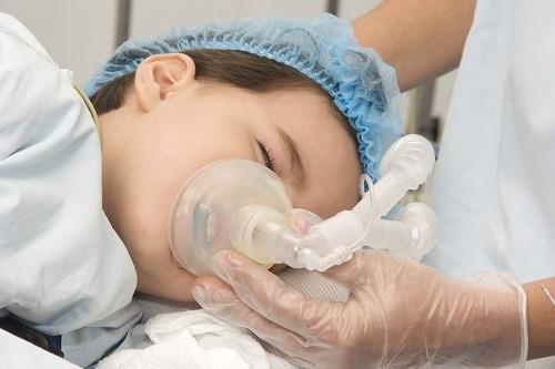Sau khi hoàn thành phẫu thuật cắt amidan, trẻ sẽ được chuyển về phòng phục hồi. Nhiều trường hợp sau khi nghỉ ngơi và theo dõi ở bệnh viện có thể về nhà ngay trong ngày.