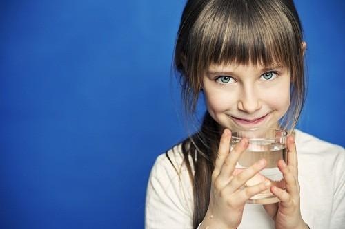 Cha mẹ cũng cần cho trẻ uống nhiều nước, tuy nhiên nên tránh các loại đồ uống có tính axit như nước cam dễ khiến cho cổ họng của trẻ bị đau.