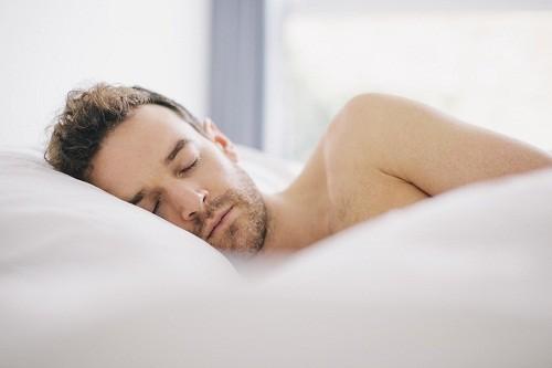 Nâng cao đầu khi ngủ vào ban đêm để bớt sưng sau phẫu thuật vẹo vách ngăn mũi.