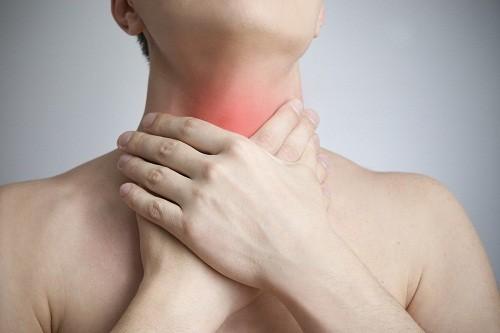 Polyp họng phần lớn là lành tính nhưng có thể gây ra nhiều triệu chứng khó chịu cho người bệnh.