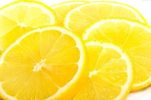 Đối với sỏi nhỏ, chỉ cần gây kích thích lưu lượng nước bọt bằng cách ngậm chanh hoặc kẹo chua có thể giúp các viên sỏi vượt qua tuyến nước bọt một cách dễ dàng.