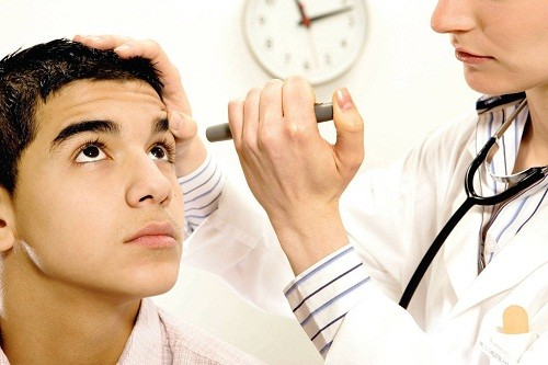 Trẻ em bị suy tuyến giáp có thể gặp phải các triệu chứng như tăng trưởng kém dẫn tới cơ thể thấp bé, răng vĩnh chậm phát triển, dậy thì muộn...