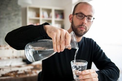 Uống nhiều nước nhưng tránh các loại đồ uống có tính axit như nước trái cây vì chúng có thể gây kích thích tuyến mang tai. Tốt nhất nên uống nước lọc.