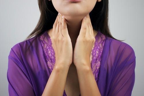 Viêm tuyến giáp bán cấp thường xuất hiện sau một đợt bị viêm hầu họng hoặc viêm đường hô hấp trên, có nhiều khả năng do vi rút gây ra.