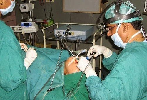 Phẫu thuật cắt amidan được chỉ định điều trị khi bị viêm amidan quá phát