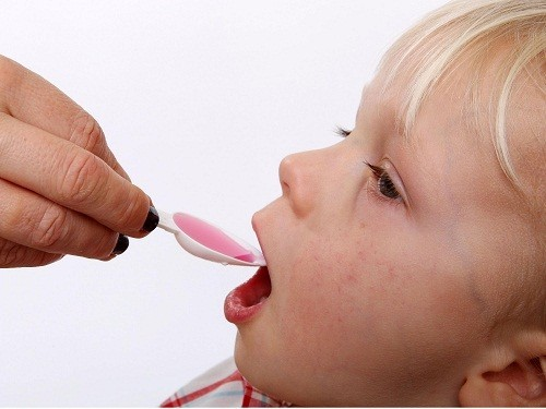 Cha mẹ cần làm đúng theo hướng dẫn của bác sĩ về việc cho trẻ uống thuốc giảm đau,