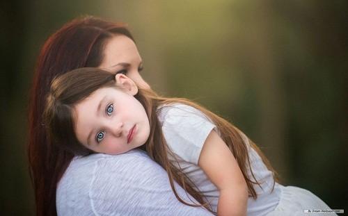 Cha mẹ cần để ý và theo dõi xem trẻ có dấu hiệu bất thường nào không sau khi cắt amidan.