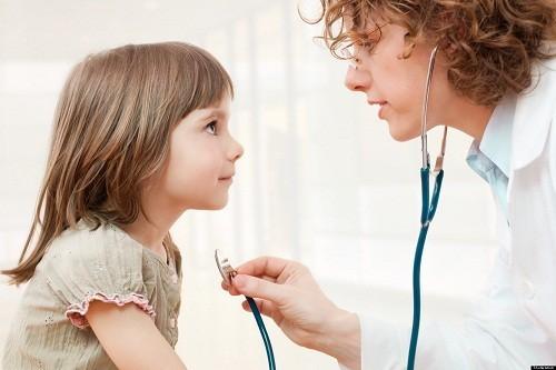 Gọi ngay cho bác sĩ hoặc đưa trẻ tới bệnh viện nếu trẻ có triệu chứng như máu chảy từ miệng, mũi. sốt cao...