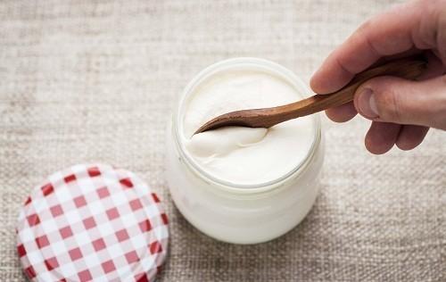 """Sữa chua và các sản phẩm lên men khác có chứa vi khuẩn """"tốt"""" như Lactobacilli và Bifidobacteria."""