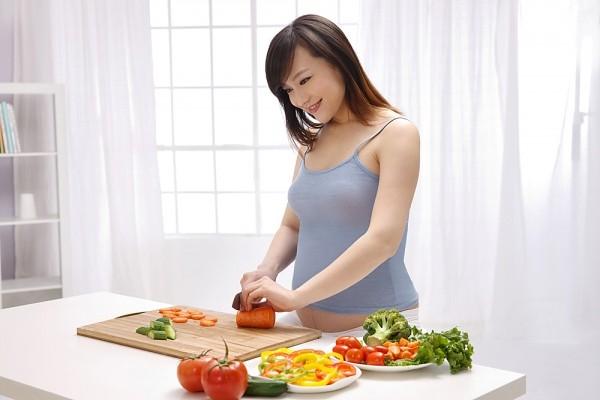 Mẹ bầu không được bỏ bữa sáng và cần phải ăn sáng đủ dưỡng chất để cung cấp năng lượng cho cả mẹ và thai nhi. Ăn sáng đủ chất giúp chống cảm giác mệt mỏi ủ rũ, ăn nhiều hơn vào bữa sau, dẫn đến nguy cơ tăng cân rất nhanh.