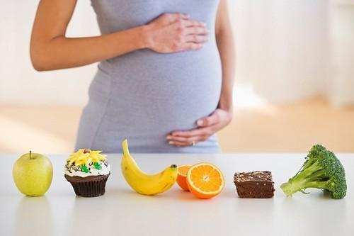 heo nghiên cứu của các nhà khoa học cho biết, những thai phụ mỗi ngày dung nạp khá ít vitamin C từ thực phẩm thì mức vitamin C trong máu cũng rất thấp, tỷ lệ phát sinh ra tiền sản giật ở họ cũng cao gấp 2 – 3 lần so với thai phụ mạnh khoẻ. Do đó, để ngăn ngừa tiền sản giật, các chị em nên chú ý bổ sung thêm các thực phẩm giàu vitamin C vào khẩu phần ăn hàng ngày như: Cam, nho, táo, ớt chuông, đu đủ, cải xoăn, dâu tây…