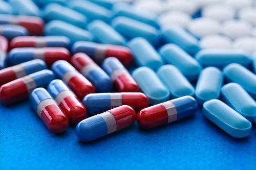 Nha sĩ sẽ kê đơn thuốc giảm đau để giúp người bệnh ăn uống thoải mái hơn.